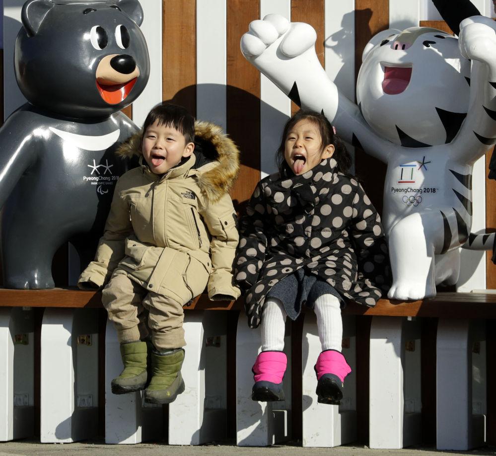 孩子們和2018年平昌冬奧會吉祥物合影