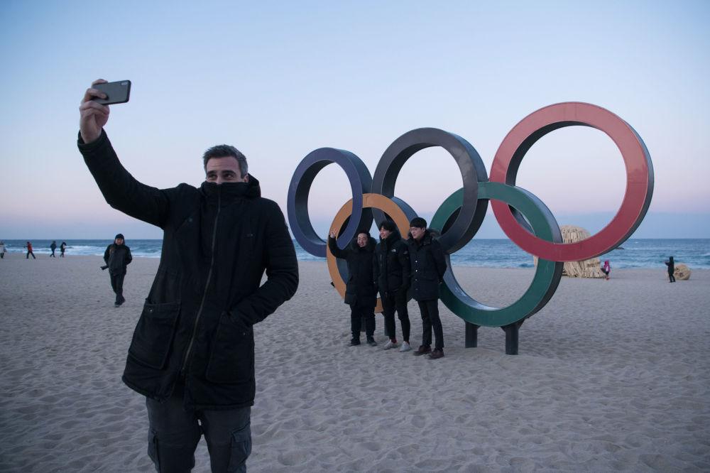 人們在江陵奧運五環標誌旁拍照留念