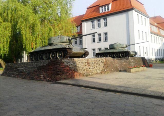 波蘭德拉夫斯科市民試圖輓救兩輛T-34坦克