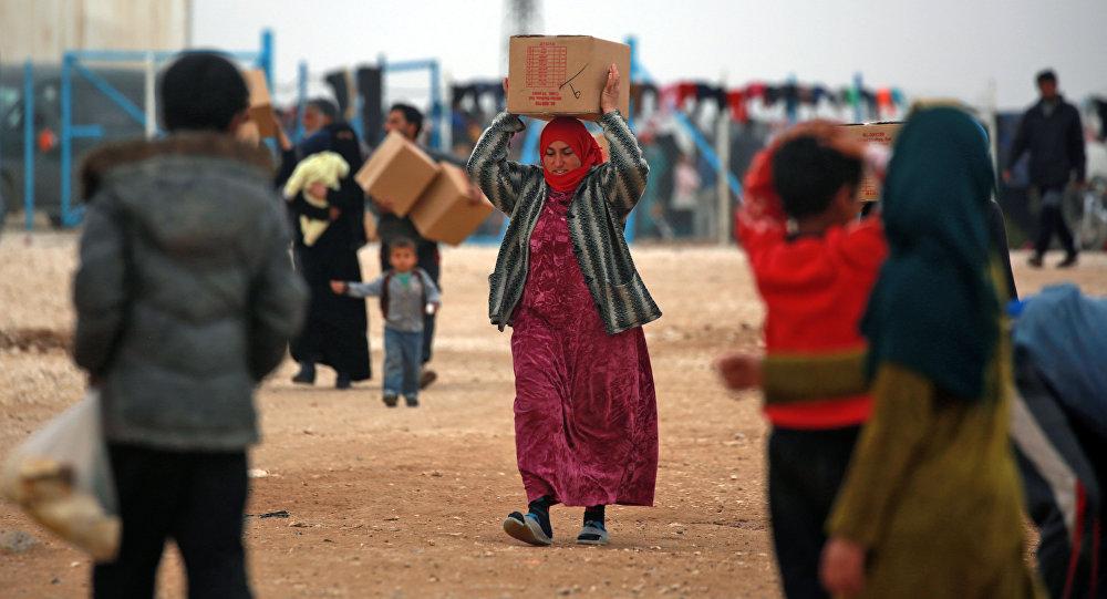 俄軍人向敘利亞阿勒頗省居民分發人道主義援助