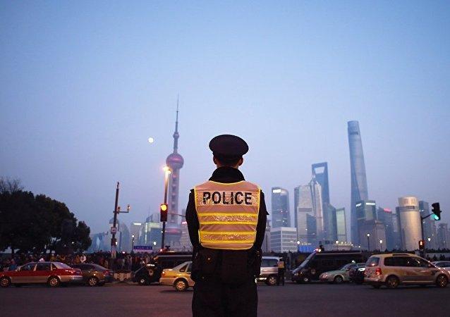 上海一男子校門前持刀砍傷兩小學生一大人,嫌疑人被警方控制