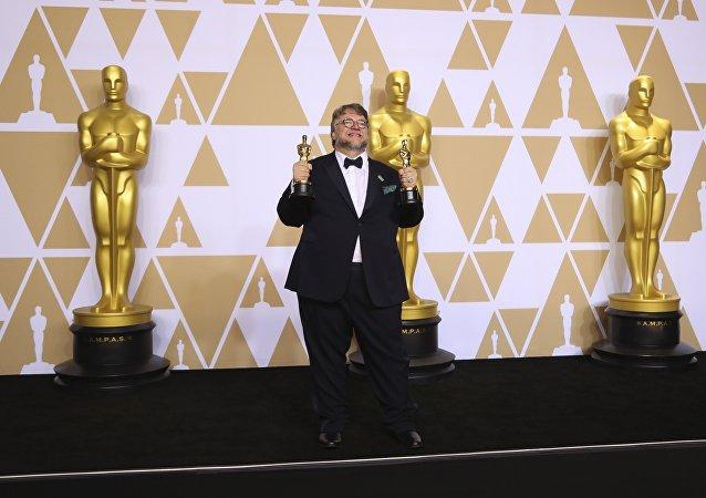吉爾莫·德爾·托羅榮獲奧斯卡最佳導演獎