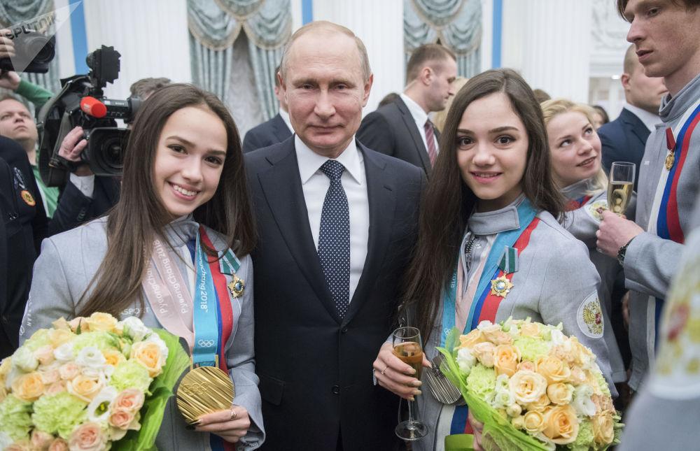 上世紀90年代初,普京在聖彼得堡市政府擔任領導職務。他在1999年時初涉大政治,起初擔任政府第一副總理職務,爾後出任政府代總理,再後來出任總理。