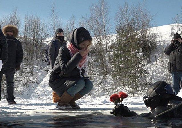 俄近衛軍戰鬥潛水員從冰窟窿里祝賀姑娘們三八節快樂