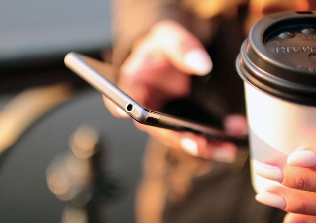 Девушка со смартфоном и кофе