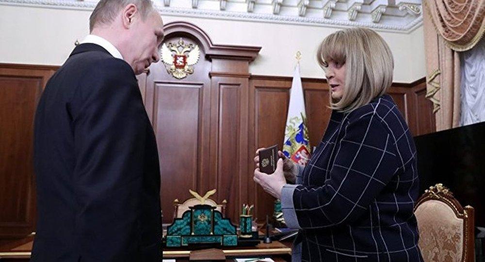 俄中選委主席向當選總統普京頒發總統證