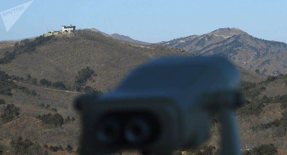 Вид на наблюдательные пункты Республики Корея (слева) и КНДР (справа) в Корейской демилитаризованной зоне в окрестностях уезда Косон-гун