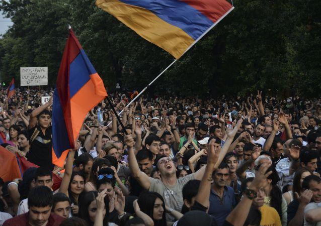 埃里溫市中心反對派集會聚集數萬人