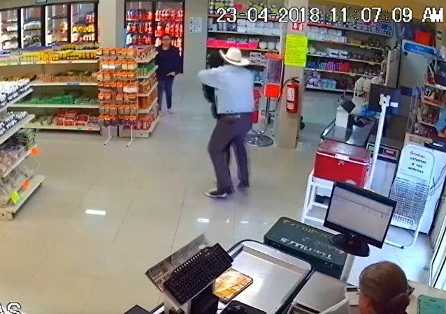 一名牛仔在墨西哥的商店內制服了劫匪
