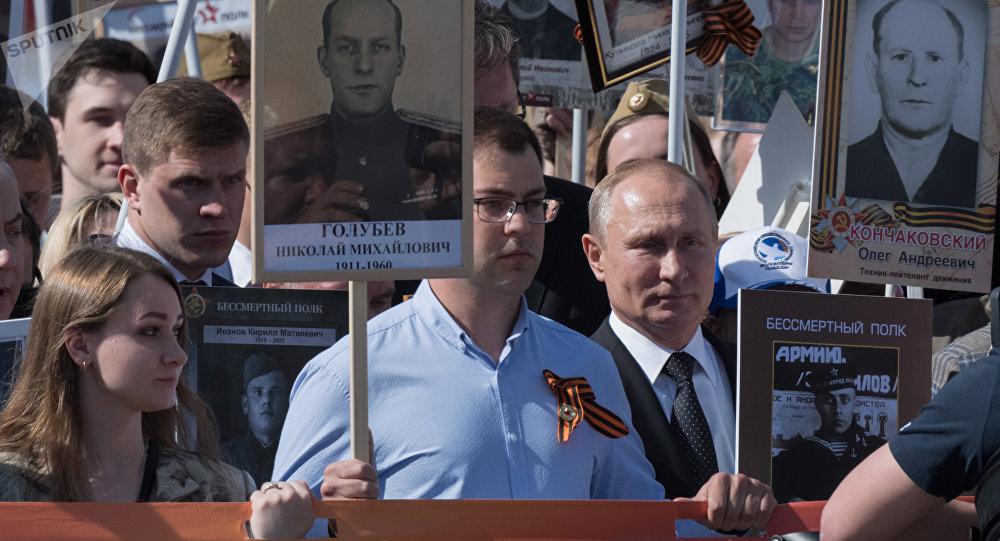 俄羅斯總統普京(右)參加「不朽軍團」遊行(資料圖片)