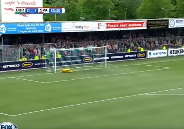 Голландский футболист забил в свои ворота