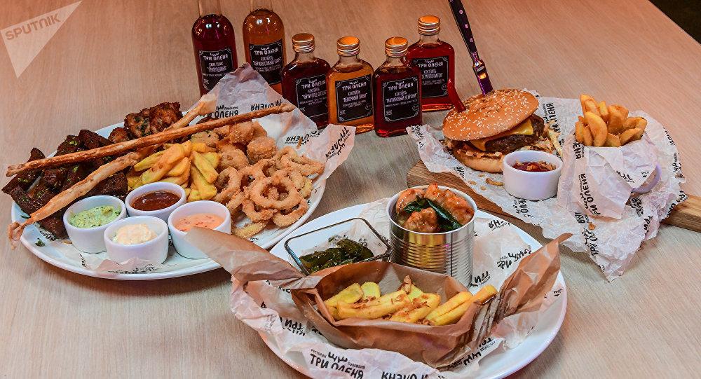 「三鹿」向所有的球迷們推薦「啤酒什錦」:脆皮油炸麵包、油炸魷魚圈、香辣雞翅和薯條。