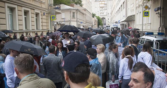 著名記者在烏克蘭駐莫斯科大使館附近舉行支持維辛斯基的活動