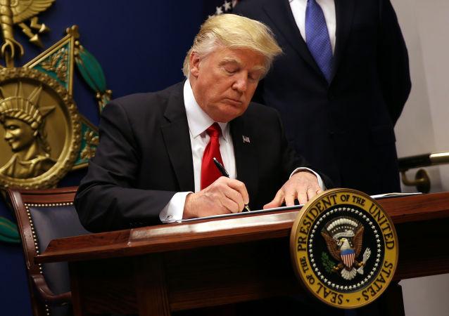 白宮:特朗普有意簽署兩項移民法中的一項