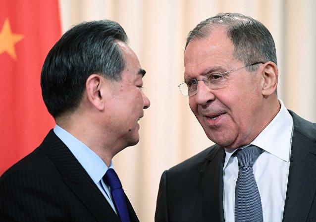 俄羅斯外交部部長拉夫羅夫(右)和中國外交部部長王毅