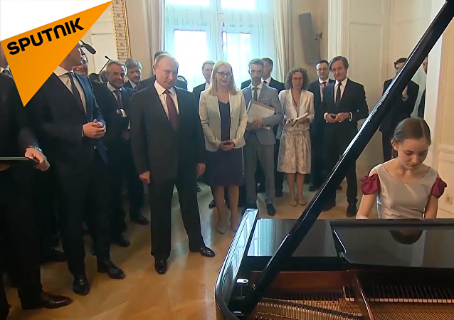 維也納女孩為普京彈奏親自改編的《莫斯科郊外的晚上》