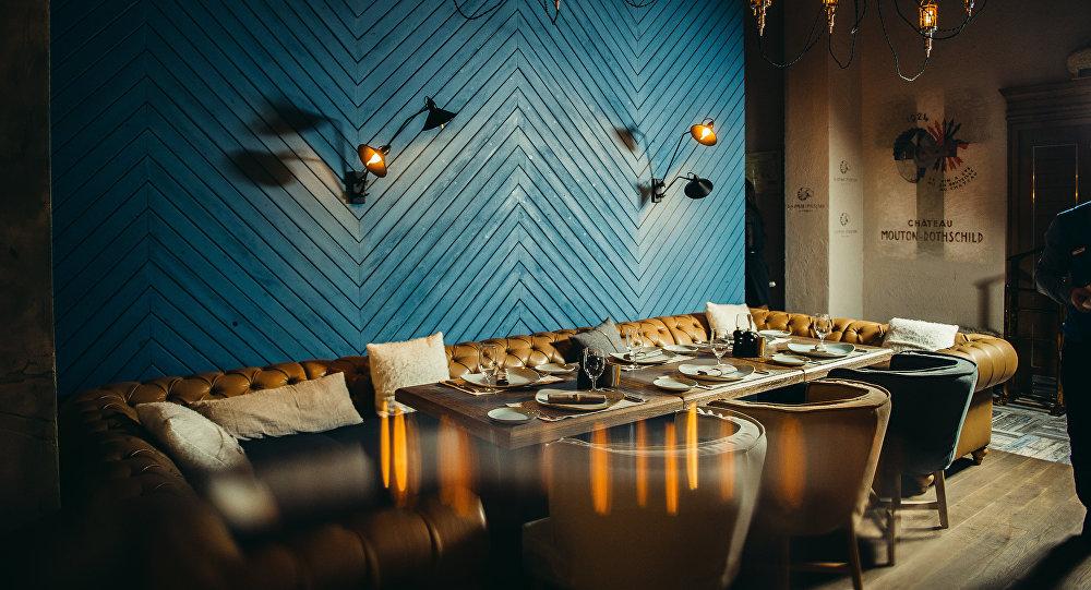 餐廳的設計別具一格:內部裝飾結合了大理石,木材和金屬,一樓設有開放式廚房和音樂舞台,沿著螺旋樓梯進入到二樓大廳,二樓有燒烤區,可供交流的酒吧和酒窖,裡面還珍藏了秘制葡萄酒。