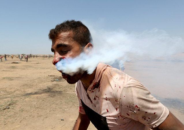 以色列催淚彈落到一名巴勒斯坦人的臉上