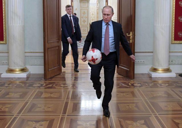 普京:足球是一門真正的藝術 但我將繼續學習冰球