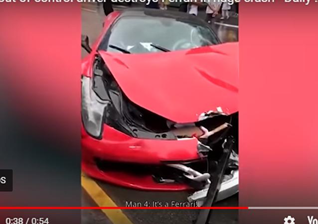 中國一女子租借法拉利 剛開出車行就撞毀