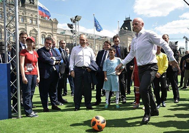 普京與國際足聯主席在紅場的足球訓練器上打成平局