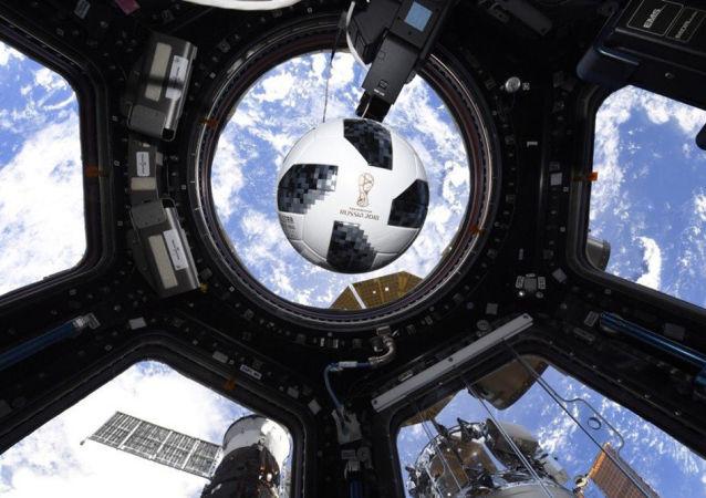 在國際空間站內的球