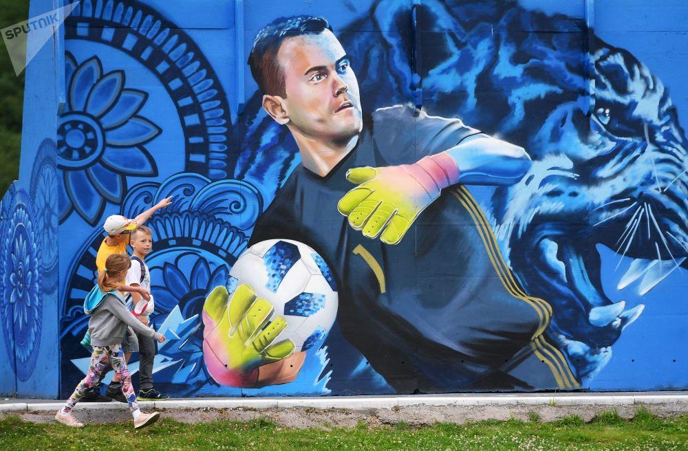 孩子們在看畫著俄羅斯國家足球隊守門員伊戈爾·阿金費耶夫的塗鴉。