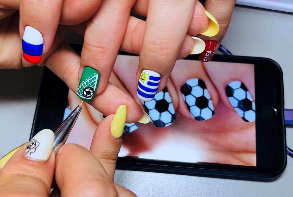俄羅斯姑娘用世界杯參賽國家的國旗作為圖案做美甲。