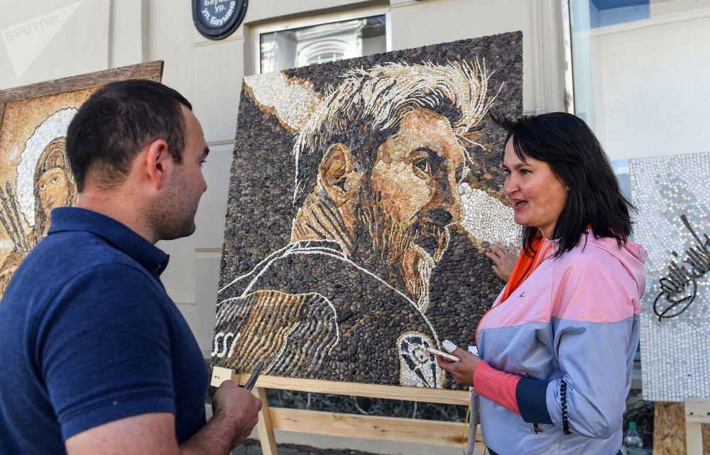 喀山鮑曼大街上的阿根廷國腳前鋒梅西的馬賽克肖像。
