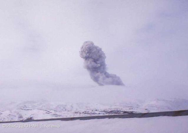 俄千島群島埃別科火山噴發出3200米灰柱 未對居民構成威脅