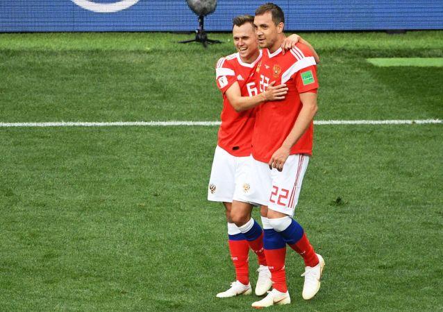 俄羅斯隊中場球員丹尼斯·切雷捨夫和前鋒阿爾喬姆·久巴