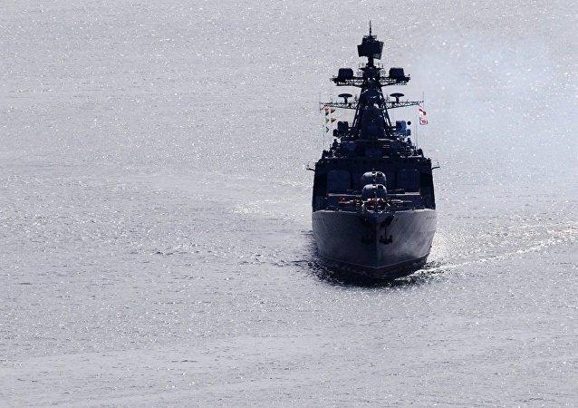 美海軍導彈巡洋艦在東海突然切入俄戰艦航線