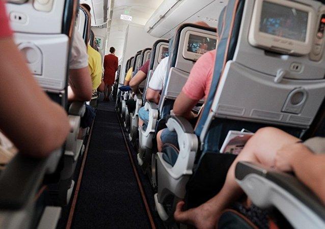 數十人在飛機機艙內壓力下降後被送往醫院