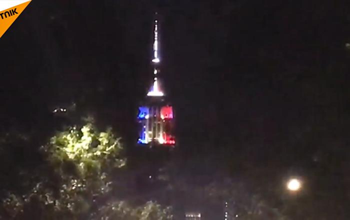 紐約帝國大廈亮起法國三色旗顏色燈光