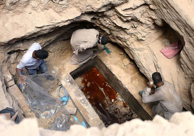 埃及考古人員在北部海岸亞歷山大港進行發掘期間在巨型黑色石棺中發現的木乃伊