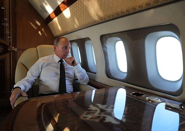 普京在長途飛行中閱讀文件和資訊摘要