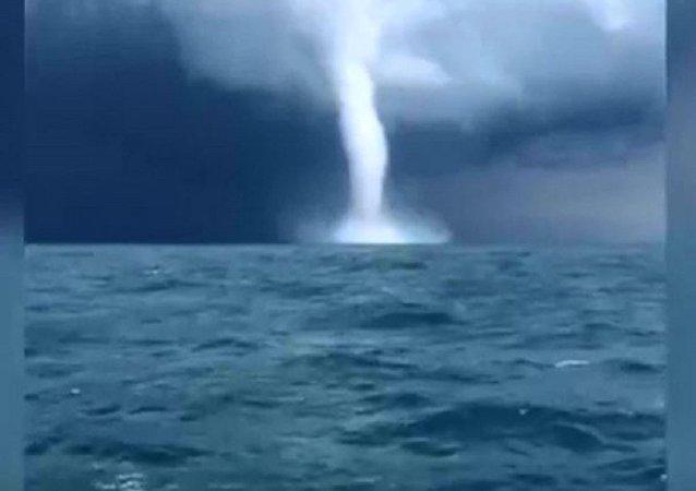俄羅斯漁民拍下了黑海濱城格連吉克海岸附近的兩次龍捲風