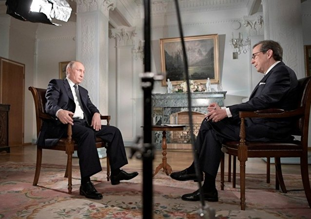 福克斯新聞主持人在採訪完普京後前往俄羅斯休假