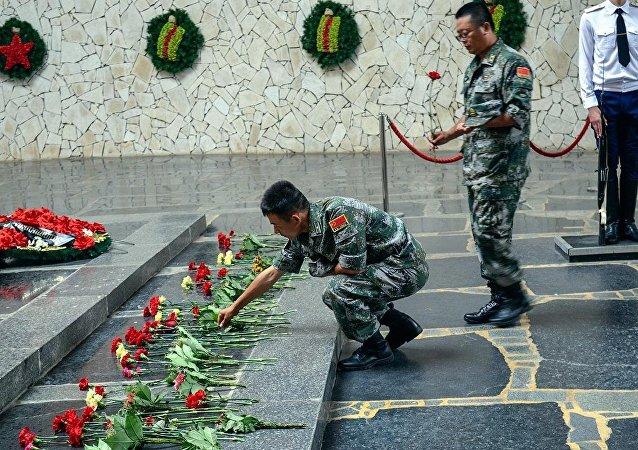 中國軍人向斯大林格勒保衛戰紀念碑獻花