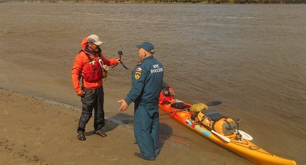 中國旅行者划皮艇漂流額爾齊斯河