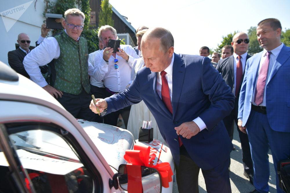 俄羅斯總統弗拉基米爾·普京在汽車上為新婚夫婦寫下祝福