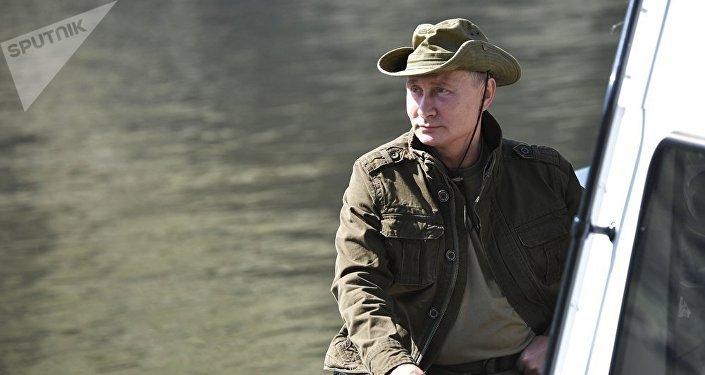 俄總統普京在圖瓦共和國境內的葉尼塞河上欣賞美景