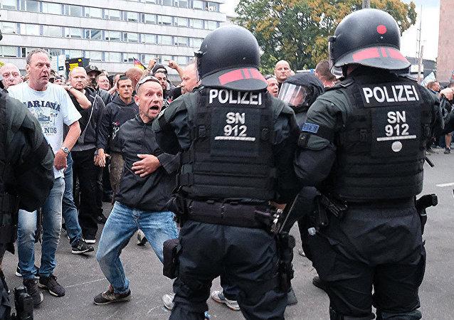 警察和抗議者 (開姆尼茨市)