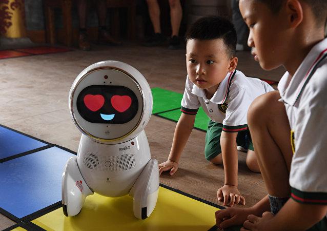 中國幼兒園出現了機器人老師