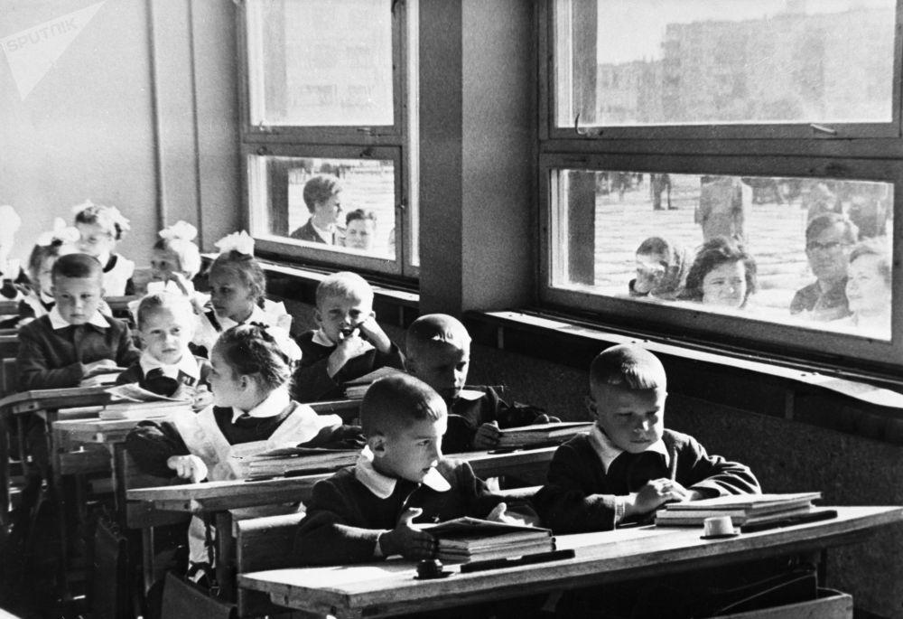 一年級新生的第一課:熟悉學校。1970年。