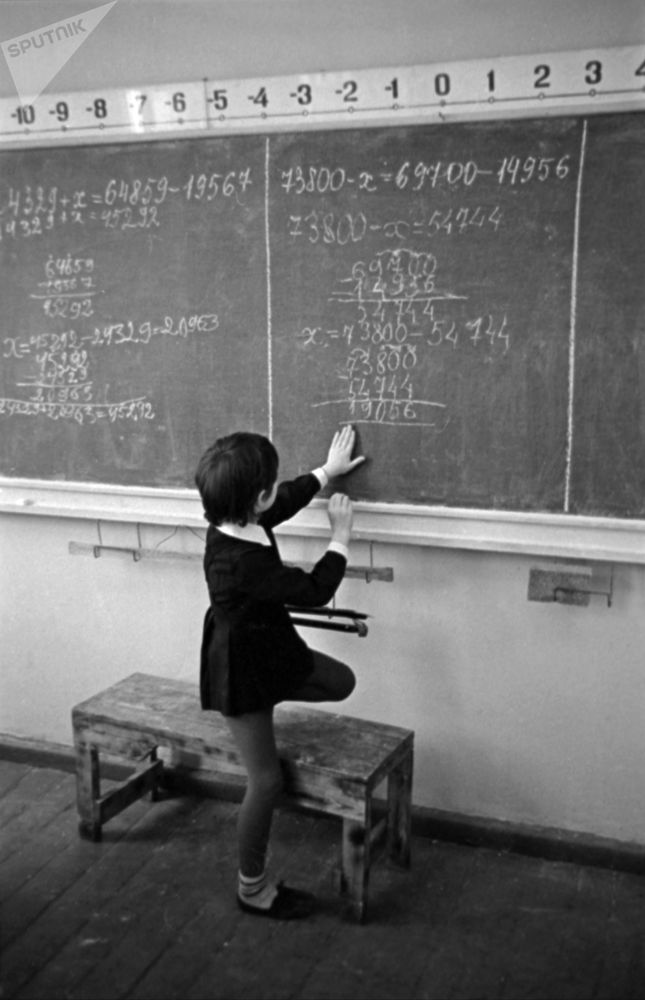 數學課上,一名一年級新生在黑板上解題