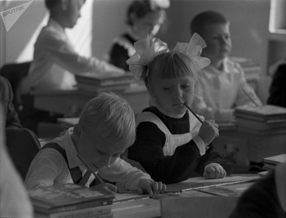 一年級學生在繪畫課上