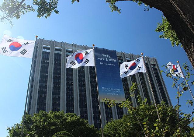 首爾政府大樓上懸掛著印著朝韓首腦會議主要口號的橫幅。上面寫著: 和平,新的未來