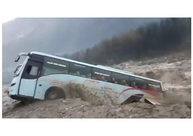喜馬拉雅洪水泛濫一輛旅遊巴士被洪流衝走