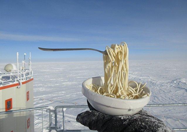 極地工作人員展示零下60度時麵條是甚麼樣
